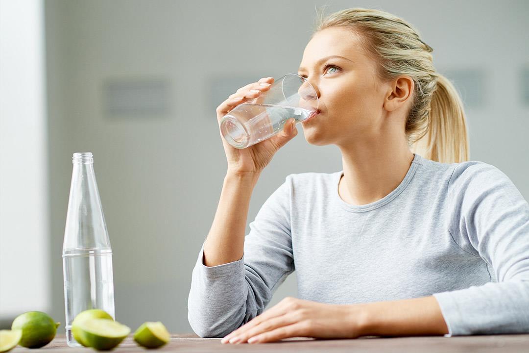صور شرب 3 لتر ماء يوميا للتنحيف , مكون بسيط وفوائده كثيرة