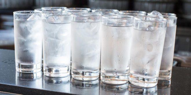 صورة اضرار شرب الماء البارد , عادة و لكنه خطا جدا