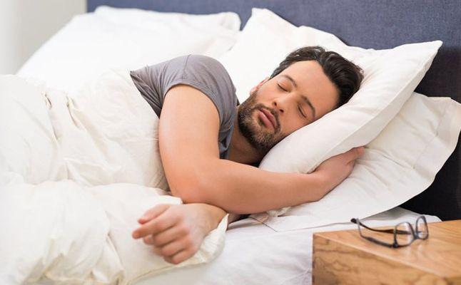 صورة تفسير حلم النوم مع رجل اعرفه , اذا حلمت بهذا الشخص فهو على علاقة جيدة بك 544 8